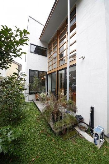 窓のデザインが小松邸の外観の決め手になっている。正面がバスルーム。グランドカバーには、冬でも緑を保つ種類を選択。
