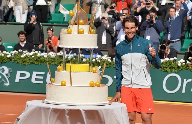 Pour ses 27 ans, Rafael Nadal s'est vu offrir un gateau d'anniversaire. Le public du Central la agrémenté d'un chant de circonstance.