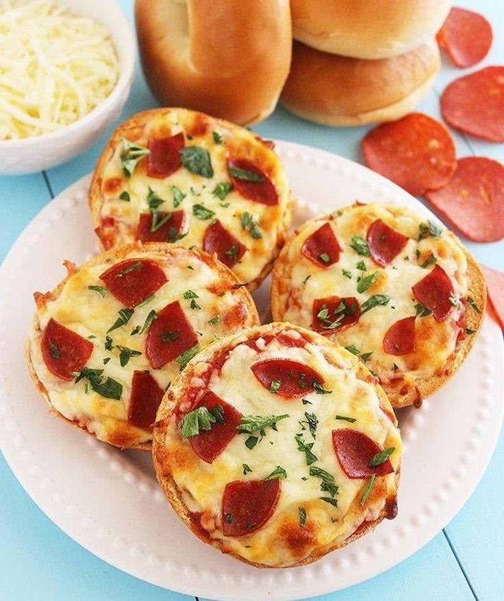 Pizza mit Salami auf Brötchen backen