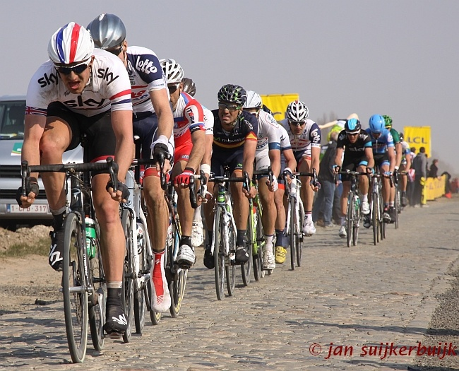 Pelotonnetje op de kasseien van Gruson (Parijs-Roubaix 2013)