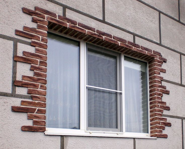 Плитка под кирпич в обрамлении окон