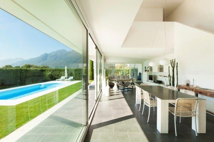 Wohn-Esszimmer mit Blick auf Hinterhof Pool