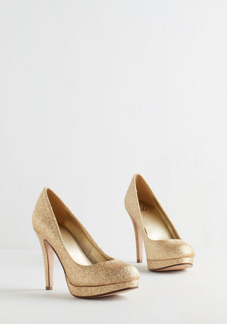 sz 7 // technically a return // Light and Shining Ardor Heel. As enthusiastically as the starlit sky shines down upon you, these gold, glittery stilettos cast a zesty glisten on your path. #gold #modcloth