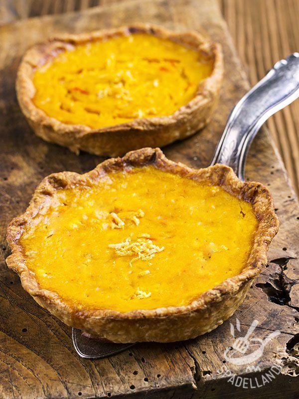 Crostatine al limone: un vassoio di deliziose crostatine al profumo di agrumi. Una base di friabile pasta frolla rivestita di una gustosa farcitura.