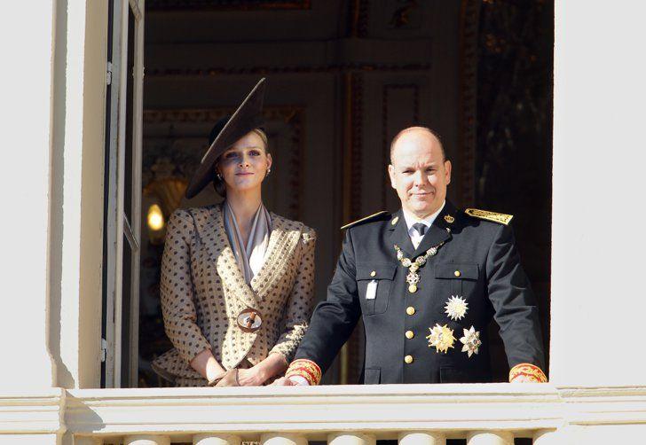 Pin for Later: Dürfen wir vorstellen: Die nächste königliche Mama!  Prinz Albert und Charlene zeigten sich auf dem Balkon des Palastes in Monaco im November 2010.