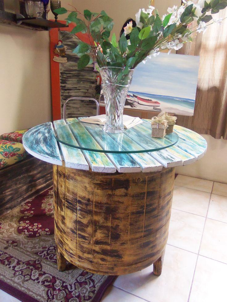 Madeira de demolição maquina de lavar antiga com uma tapa de madeira recuperada e ai esta a mesa. R$1000,00