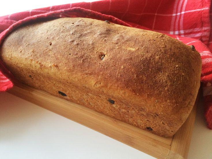 Mjukt bröd som får vörtkaraktär av julmust och kryddor. Brödet smakar underbart som det är eller med en skiva julskinka som pålägg.