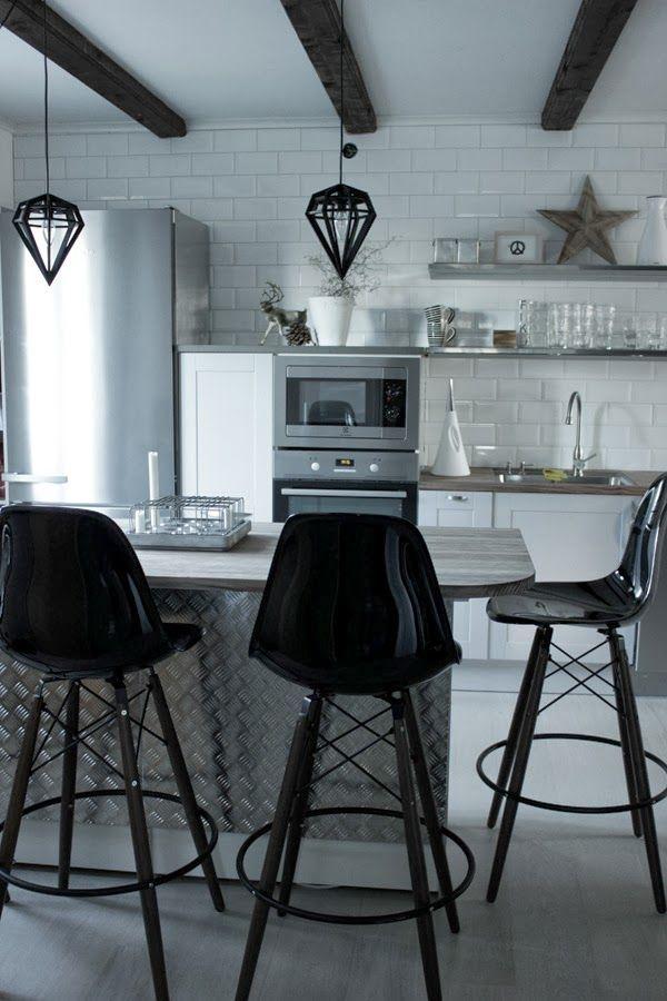 industriellt kök, köksrenovering 2013, kök 2013, renovera köket, köksö, plåt på köksön, barstolar, eames stolar, stumapastake, miele kylskåp...