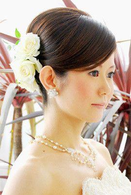 フラワーヘアアクセ×夜会巻きで上品な雰囲気に ウェディングドレス・カラードレスに合う〜夜会巻きの花嫁衣装の髪型一覧〜