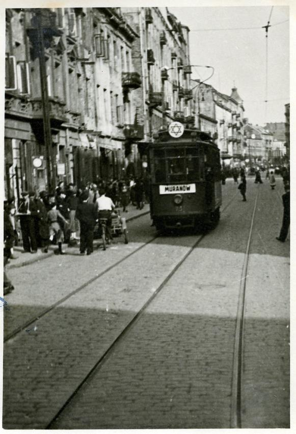 """The tram in the Warsaw ghetto in 1941. In the front a """"Shield of David"""" is mounted on the tram. Endstation of this line is das """"Jüdenviertel Muranów""""."""