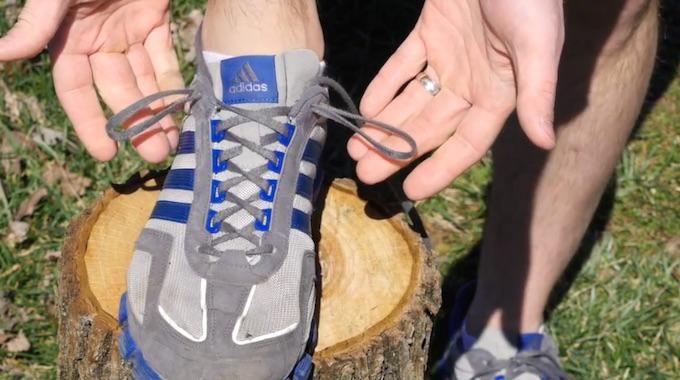 """L'astuce est de bien maintenir votre pied grâce à un noeud spécial appelé """"noeud verrou"""". Comment faire ce super noeud ? C'est tout simple, regardez :  Découvrez l'astuce ici : http://www.comment-economiser.fr/astuce-pour-eviter-ampoules-pieds-dans-chaussures-sport.html?utm_content=bufferdaed8&utm_medium=social&utm_source=pinterest.com&utm_campaign=buffer"""