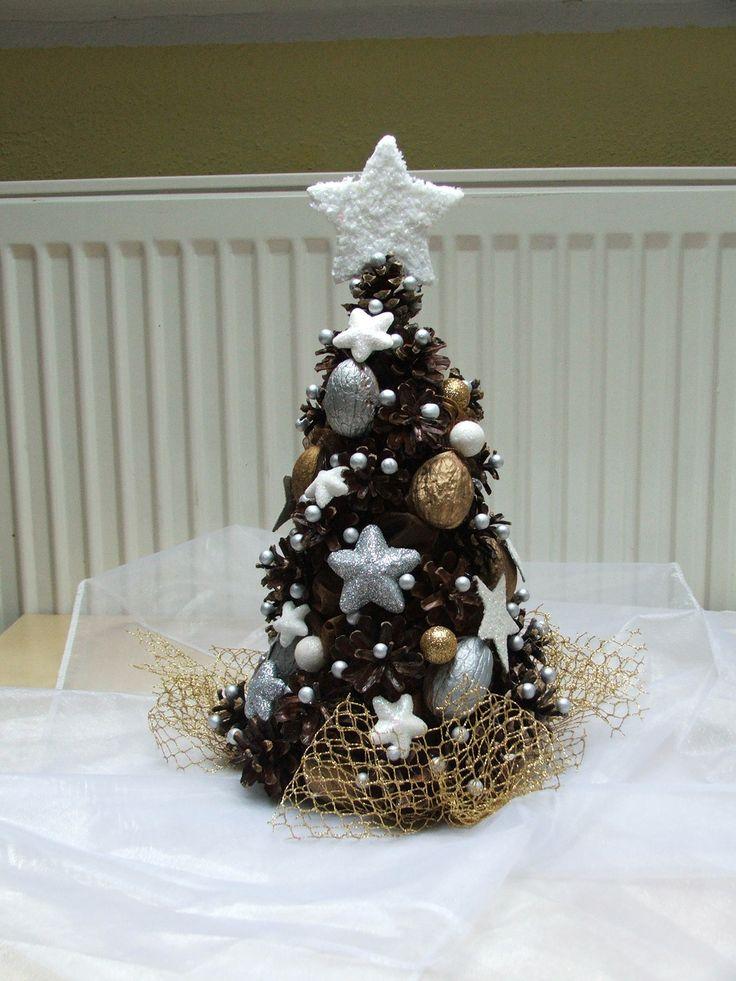 Vánoční stromeček bílo-hnědý Stromeček je vyroben na polystyrenovém podkladu ze šišek, organzy a vánočních přízdob. Je přibližně 30 cm vysoký. Je krásnou vánoční dekorací na kterékoli místo. Ostatní barvy v další nabídce.
