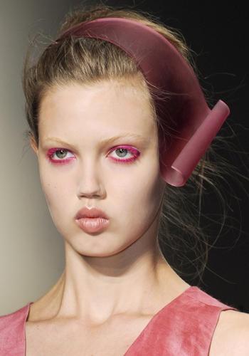AAA Damigelle! Stanca del solito cerchietto? Opta per un modello di design, che faccia anche un po' da cappello    Donna Karan, sfilata primavera-estate 2013