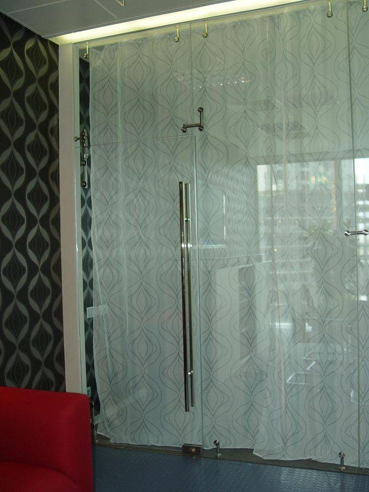 Перегородка из стекла. Прочное стекло разделяющие ванную комнату.