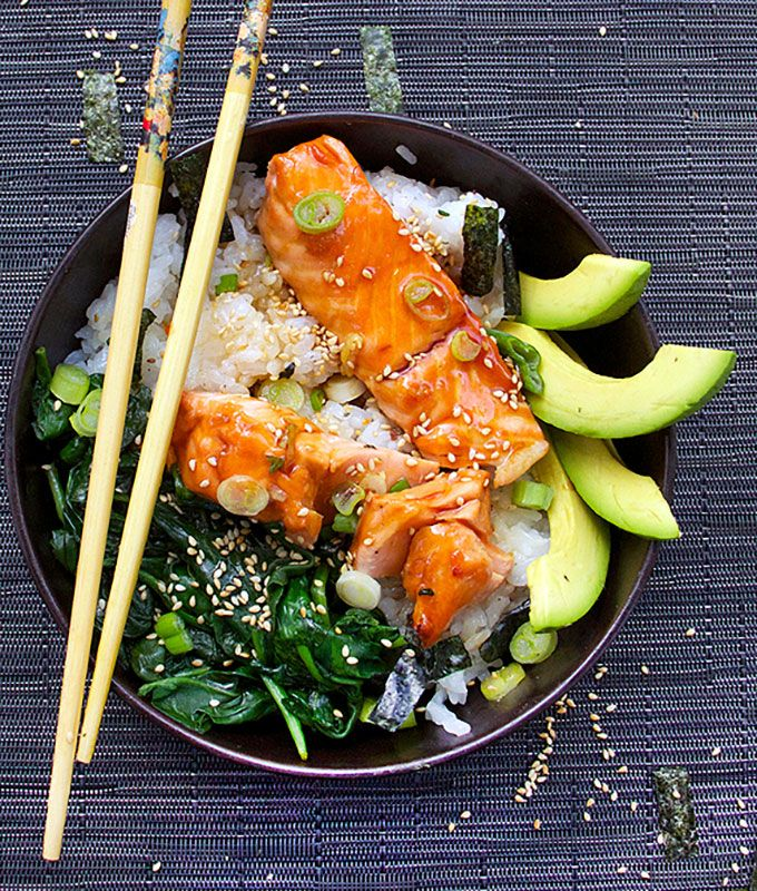 Here's a fun & healthy dinner - a Japanese-style rice bowl with teriyaki salmon, spinach & avocado on a bed of sushi rice, sprinkled with sesame & nori.