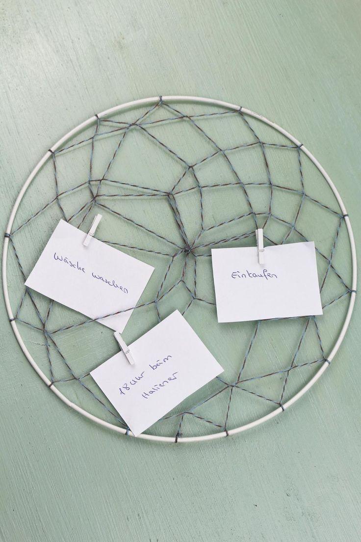 DIY Idee: Memory Board im Traumfänger-Stil selber machen - ein echter Hingucker gegenüber gewöhnlichen Pinnwänden und zudem eine schöne Geschenkidee. Besuche mich auf riamarleen.de um die ausführliche Anleitung zu sehen.
