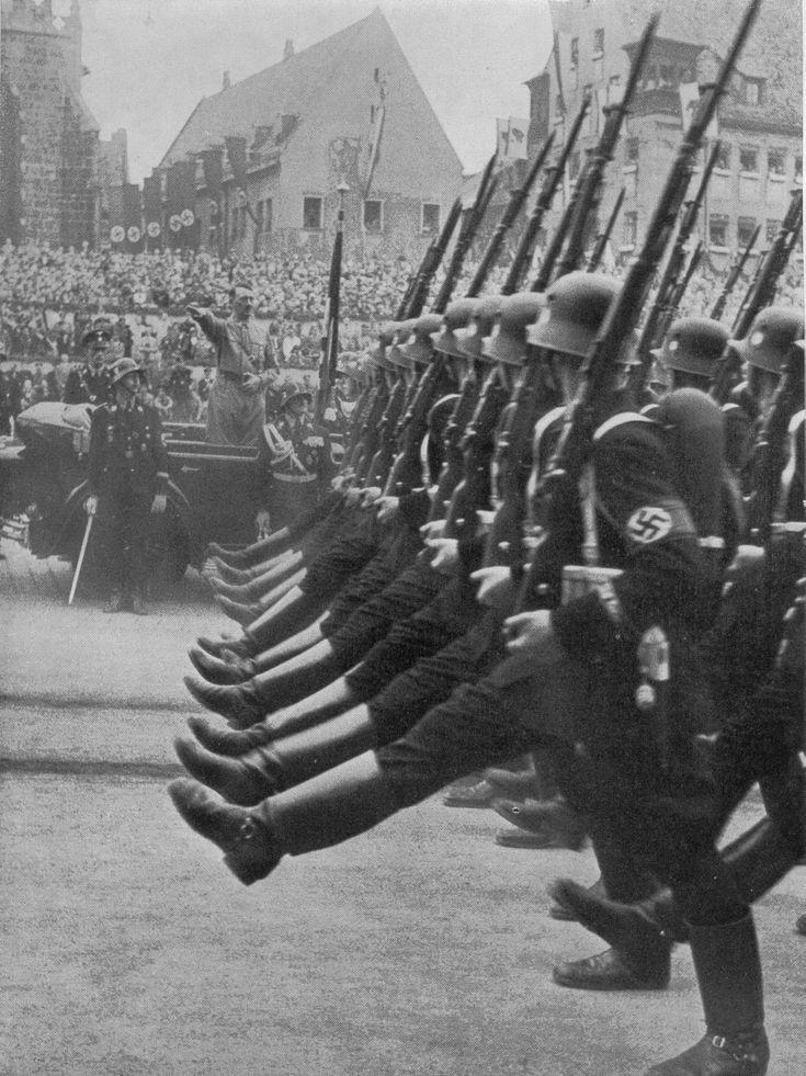 Die Leibstandarte Adolf Hitler, geführt von Reichsführer SS Heinrich Himmler, vor dem Führer.