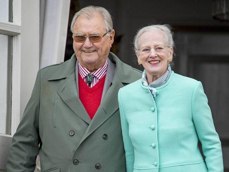 Schwere Zeiten für Königin Margrethe II. und ihre beiden Söhne: Prinz Henrik ist an Demenz erkrankt. Das gab der Hof am Mittwochnachmittag bekannt. Traurige Nachricht aus dem dänischen Königshaus: Prinz Henrik (83), der Ehemann der dänischen Königin Margrethe II. (77), ist an Demenz erkrankt....