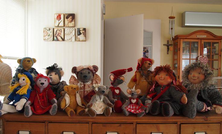 wat is het hier gezellig! zelfgemaakte poppen, beren en nisse