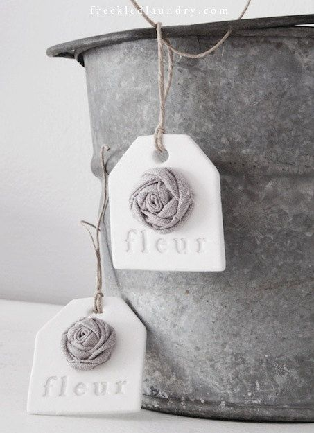 Roosje van klei op label fleur handmade clay tags with gray linen rose - Set of 2. $10.00, via Etsy.