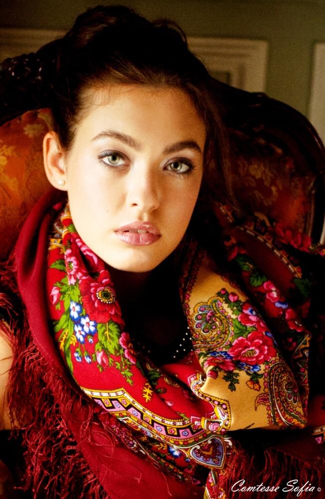 Red scarves, red shawls; Foulards rouges, châles rouges    https://www.etsy.com/listing/120448999/foulard-rouge-en-laine-russe-finition-en