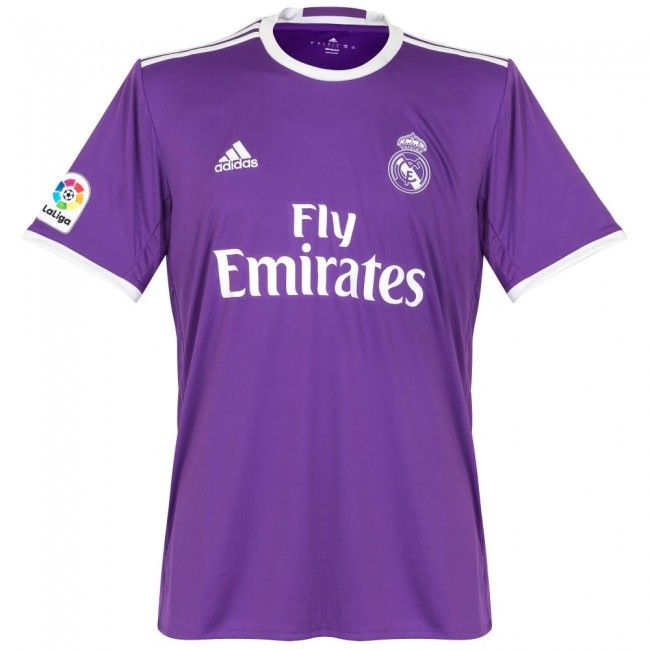 It is a legendary piece of large size and shape made rectangularde purple cloth and looks to don the jugadoes real madrid and a shirt.