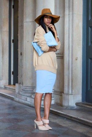 голубая юбка и бежевый свитер для работы