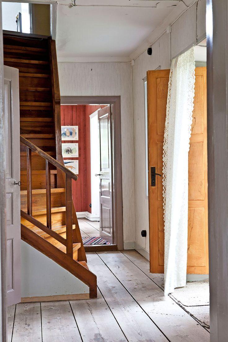 De gamla breda golvtiljorna i hallen såpskuras på gammalt vis.