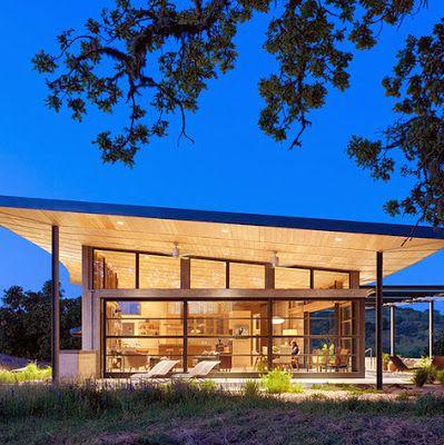 Moderna casa de campo con techo inclinado