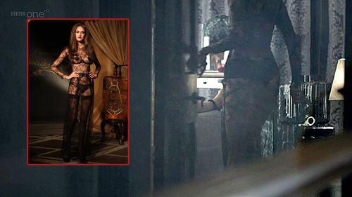 Костюм Ирэн происходит из весенней коллекции 2010 года Agent Provocateur Soiree. Agent Provocateur – британская марка нижнего белья, в том числе и, выразимся обтекаемо, такой направленности, которая могла бы пригодиться Ирэн Адлер в работе. Собственно, оно и пригодилось.