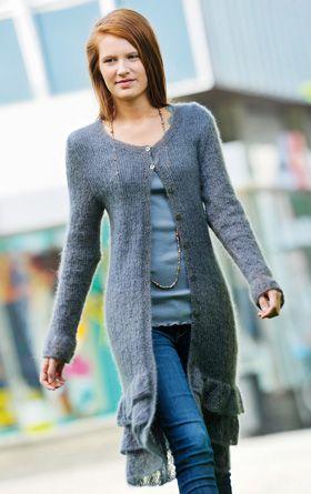 Den lange frakke er strikket i en tynd og lækker mohair