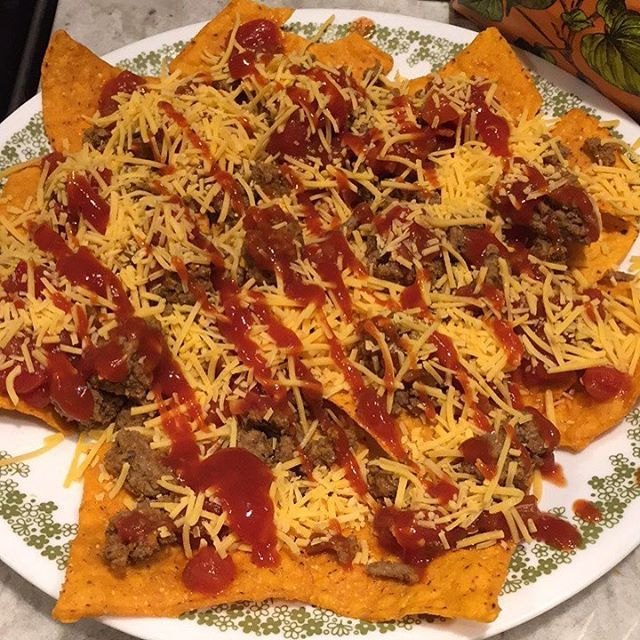When you have excess leftover taco meat and don't want another tacosalad.... taco (sweet potato) nachos, so good! Not really low cal but a healthier alternative to tacos or regular tortilla chips! (@courtneyscreativecuisines)  nacho nötfärs köttfärs ost ketchup sriracha MyFood kyckling