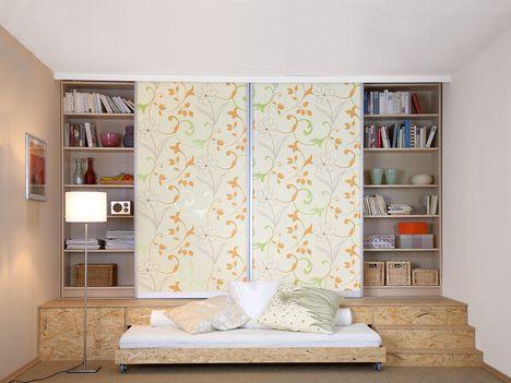Kleine Räume nutzen  Bett im Podest    Kleine Räume verlangen viel Kreativität, wenn man sie richtig ausnutzen will. Hier kommt ein cleveres Kombimöbelstück, das Bücher ebenso aufnimmt wie Kleidung und dabei noch Sofa und Bett ist.