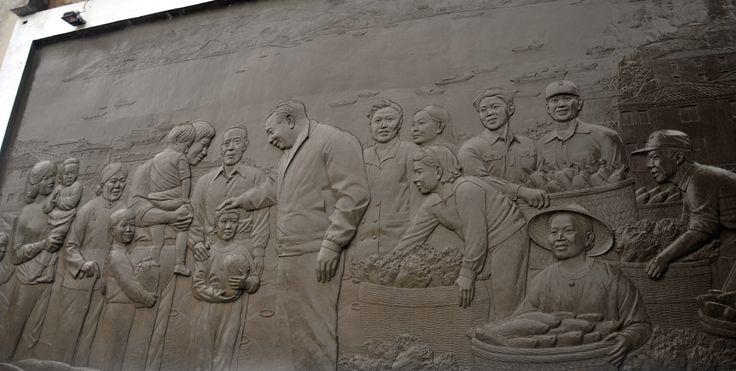 Scultura: Ching-kuo e il popolo. Se conoscete un po' di storia taiwanese e cinese, quest'immagine di Chiang Ching-kuo, presidente di Taiwan dal 1978 al 1988