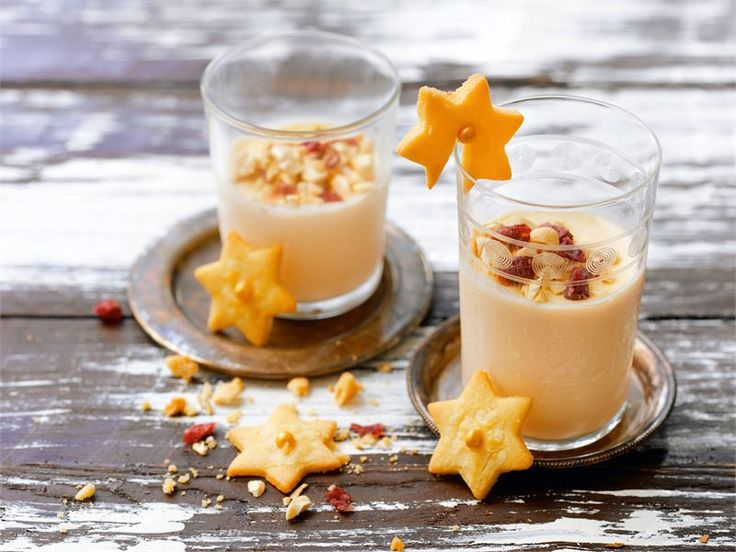 Panna cotta on helppo, mutta herkullinen klassikkojälkiruoka. Talven kunniaksi sen hunnuttaa paahdetun pähkinän ja karpaloiden seos. Kesäaikaan ne voi mainiosti korvata tuoreilla marjoilla, esim. mansikoilla.