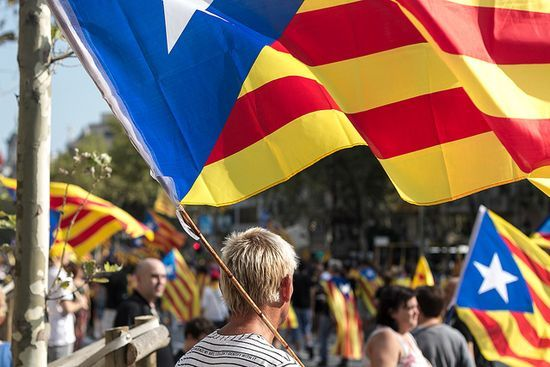 """Scottish independence referendum: bad for Spain, good for Catalonia? - Blogs El País, Jessica Jones, 24 de febrero de 2014. """"Where the debate and subsequent deals surrounding a referendum on Scottish independence have been relatively polite, seeking to reach agreements where possible, the debate surrounding a Catalan referendum seems at a permanent stalemate: the Spanish government unwilling to budge an inch on the matter."""""""