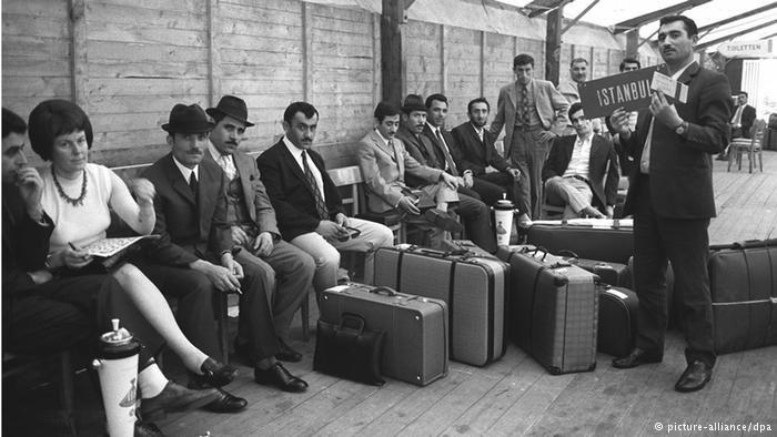 Leben zwischen zwei Staaten: türkische Gastarbeiter auf dem Flughafen Düsseldorf (1970)