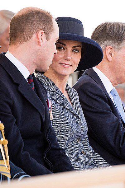 Кейт Миддлтон, принцы Уильям и Гарри, королева Елизавета II и другие члены королевской семьи на открытии памятника военным