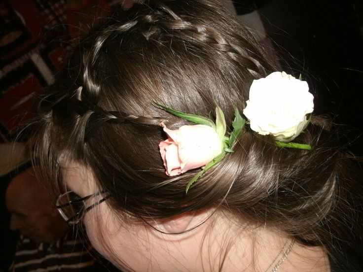 Twee mooie rozen maken zo'n kapsel extra feestelijk!