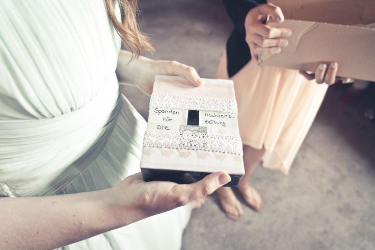 Eine kleine Box für Spenden für die Hochzeitszeitung / Hochzeit.  Foto: Viktor Schwenk Photographie