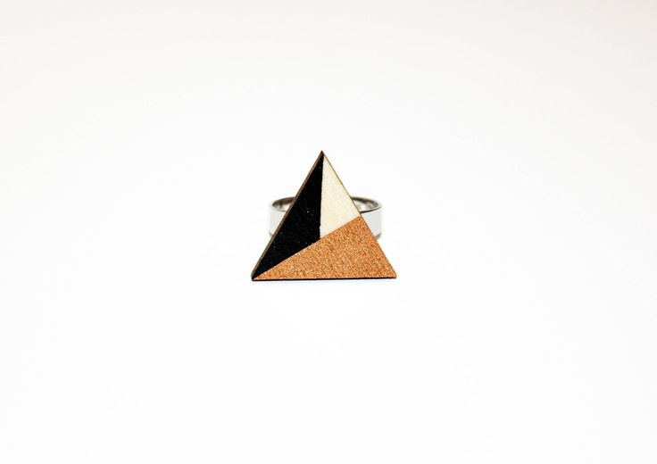 Een persoonlijke favoriet uit mijn Etsy shop https://www.etsy.com/nl/listing/537704703/houten-driehoek-ring-handgeschilderd