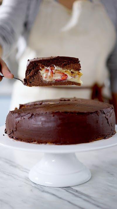 Quem resiste a um bolo fofinho de chocolate recheado com leite condensado e morango?