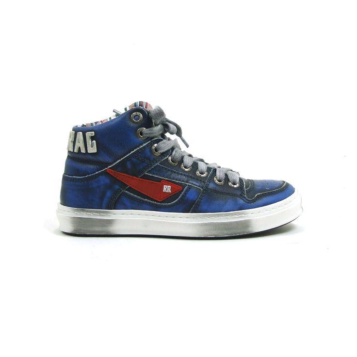 lHalf hoge skate jongensschoenen van Red Rag, model 6347! De schoenen zijn uitgevoerd in kobalt blauw met een zwarte stoere finish laag. Aan de zijkant een opvallend rode pijl. Aan de hielkant in het groot RED RAG. De skate schoenen zijn van leer en hebben een zool die eventueel uitneembaar is. De bovenkant schacht en binnenzijde tong is uitgevoerd in een multi color streep design. Nu online te koop bij Shoehoo.nl.