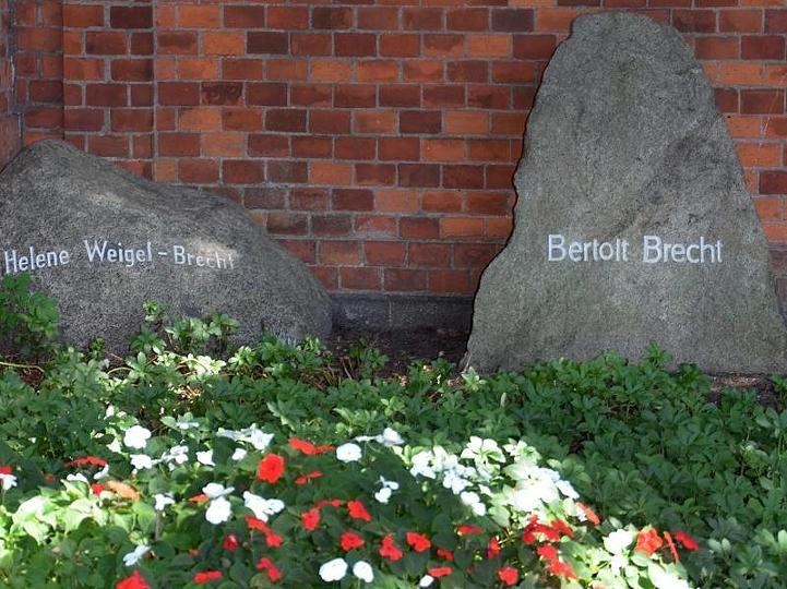 Helene Weigel und Bertolt Brecht – auf dem Dorotheenstädtischen Friedhof ruhen sie direkt nebeneinander.