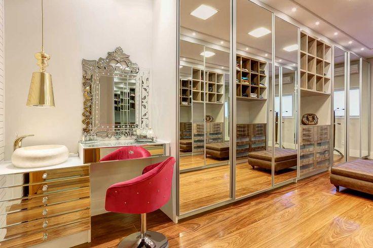 Closet espelhado e bancada de maquiagem com pia maravilhosos! - Decor Salteado - Blog de Decoração e Arquitetura