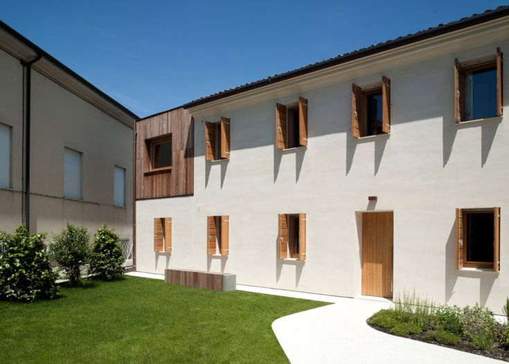 Italian studio Massimo Galeotti Architetto filled in the empty corner of a house in Treviso with a timber-clad extension.