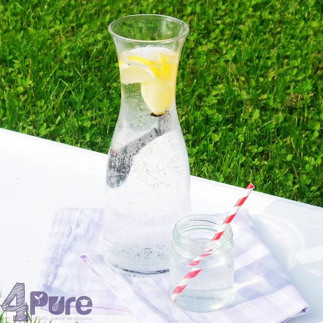Picknick: vanilla lemonade | 4Pure #4pure #lemonade #recipe #homemade #vanilla #cold #picnic #beverage #drink #simple http://www.4pure.nl