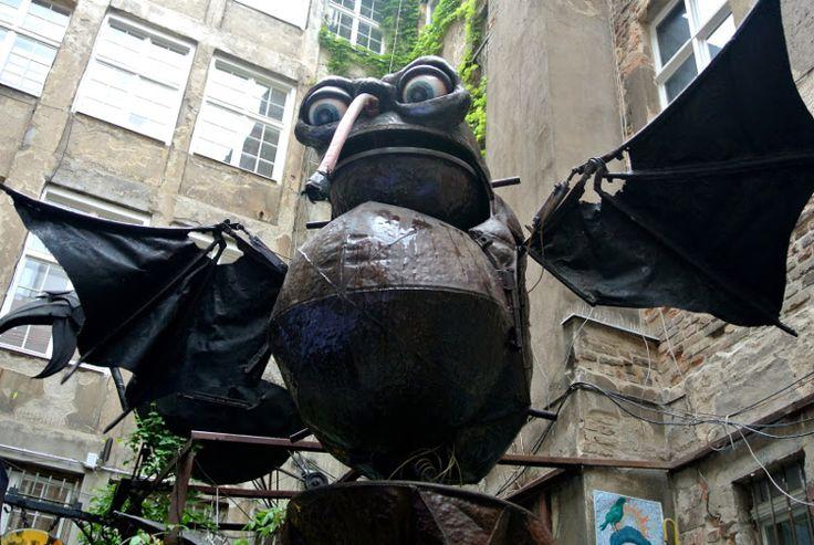 "http://blog.designersko.pl/monsterkabinett-kazdy-potwor-znajdzie-swoja-amatorke/ - ""Monsterkabinett: Każdy potwór znajdzie swoją amatorkę"", wywiad z Hannesem Heinerem, dyrektorem berlińskiego Monsterkabinett.  #monsterkabinett #Berlin #blog #wywiad #design #potwory #monsters"