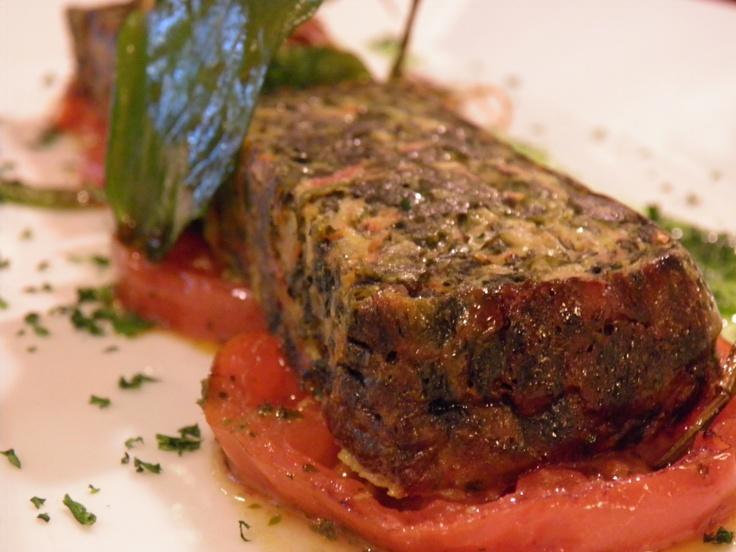 Tortilla de espinacas frescas con tomate a la plancha y crujiente de verduras