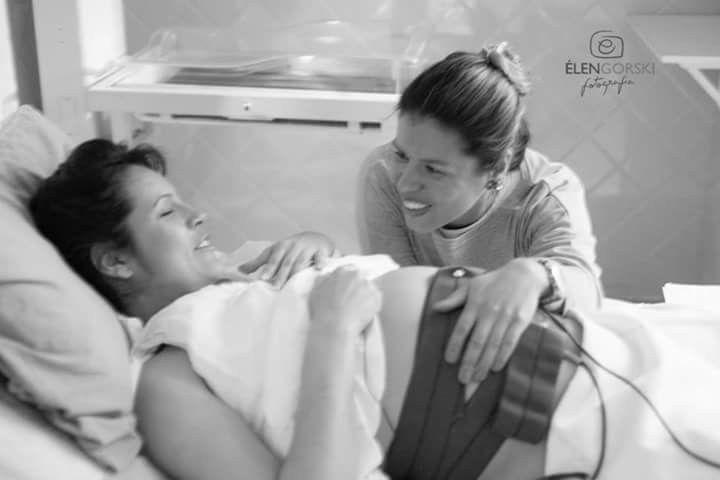 Qual o papel de uma doula??? Antes do parto:  ela orienta o casal sobre o que esperar do parto e pós-parto. Explica os procedimentos comuns e ajuda a mulher a se preparar física e emocionalmente para o parto das mais variadas formas.  Durante o parto: a doula funciona como uma intermediária entre a equipe de atendimento e o casal. Ela explica os complicados termos médicos e os procedimentos hospitalares e atenua a eventual frieza da equipe de atendimento num dos momentos mais vulneráveis de…
